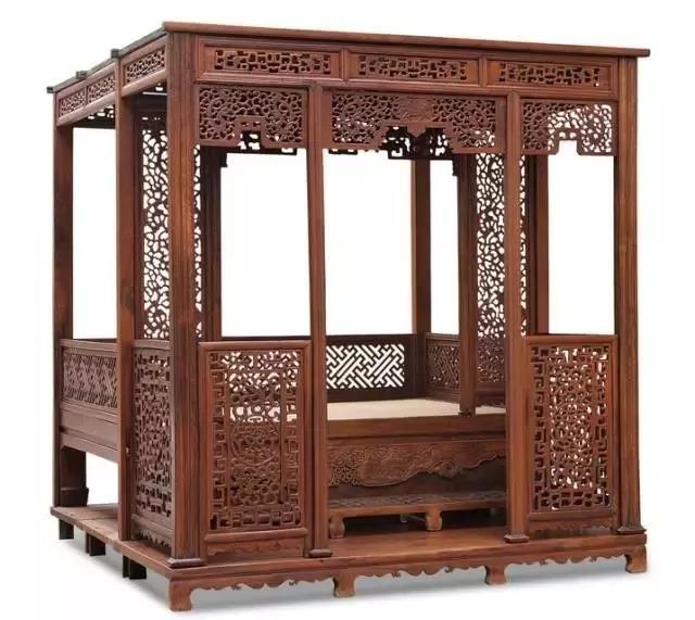 清中期 榉木雕龙拔步床