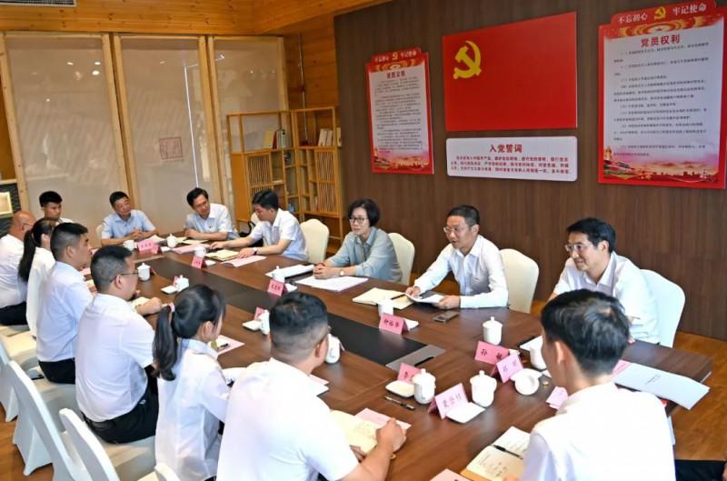 吴忠琼参加了南康工业(家具)设计中心党支部党日活动